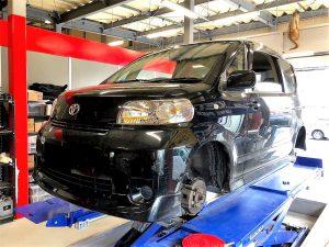 国産車トヨタポルテ持ち込みタイヤ交換マルチリフトにてジャッキアップ画像