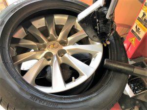 レクサスLS460タイヤ交換 タイヤチェンジャー18インチはめ替え画像