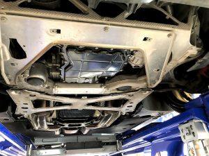 ポルシェパナメーラGTSのフロントエンジン下回り画像
